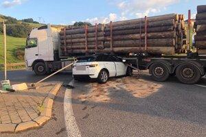 Lnad Rover skončil pod návesom nákladného auta.