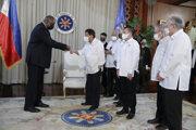 Stretnutie amerického ministra obrany Lloyda Austina (vľavo) s filipínskym ministrom obrany Delfinom Lorenzanom v Manile.