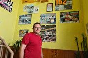 Pre Norberta Hrica je motorizmus vášňou. Dôkazom sú plagáty na stene