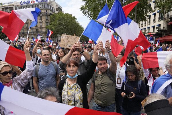 Protesty proti pandemickým opatreniam vo francúzskom hlavnom meste Paríž.