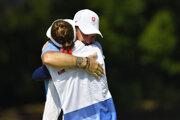Golfista Rory Sabbatini sa objíma so svojou manželkou Martinou, ktorá bola aj jeho caddym.