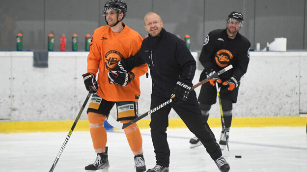 Hokejisti HC Košice odštartovali prípravu podvedením trénera Kalle Kaskinena (v strede).