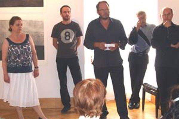 Otvorenie výstavy - vľavo kurátorka Alena Vrbanová a uprostred Igor Benca.