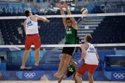 Plážoví volejbalisti Ondřej Perušič a David Schweiner museli byť v karanténe, mohli hrať až od druhého zápasu a pre úvodnú kontumáciu vypadli v skupine