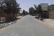 Prázdna ulica počas bojov v meste Laškargáh.