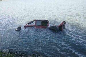 Utopený traktor.