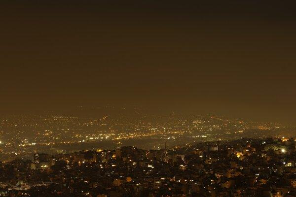 Dym z požiarov sa šíri Aténami.