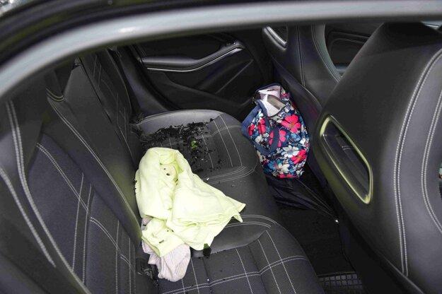 Páchateľ ukradol peniaze zo zadného sedadla auta.