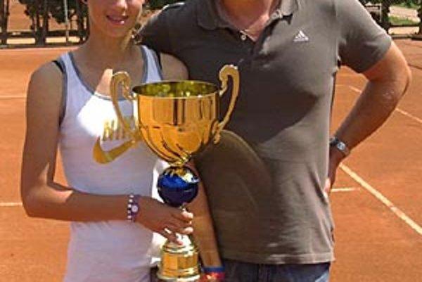 Víťazná Tereza Mihalíková z Topoľčian s trénerom Jánom Studeničom.