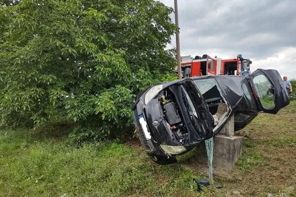 Mladý vodič utrpel vážne zranenia.