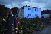 Tornádo poškodilo niekoľko domov.