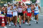 Pretekári počas chodeckého maratónu na 50 km na OH v Tokiu.