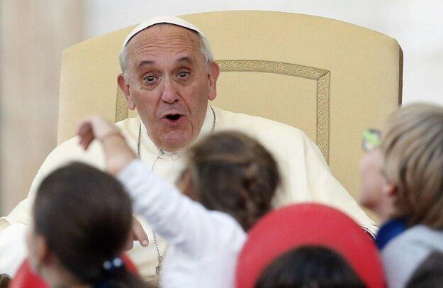 Pápež František má skvelý zmysel pre humor a prekvapenia.