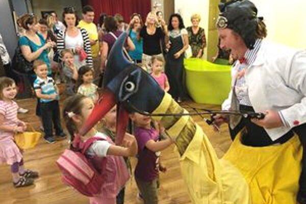 Deti sa počas predstavenia presúvali po rôznych divadelných priestoroch. Hra začala už vo vstupnej hale do SDKS.