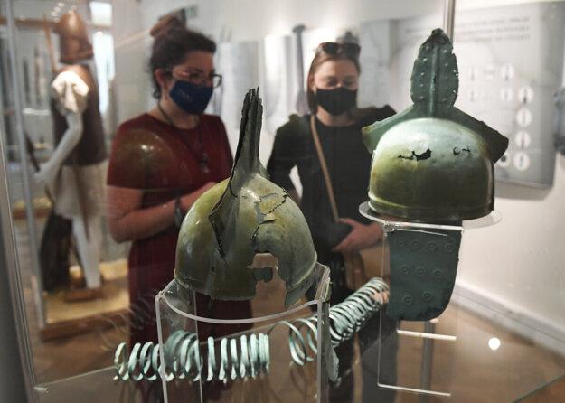 Unikátne bronzové prilby z mladšej doby bronzovej.