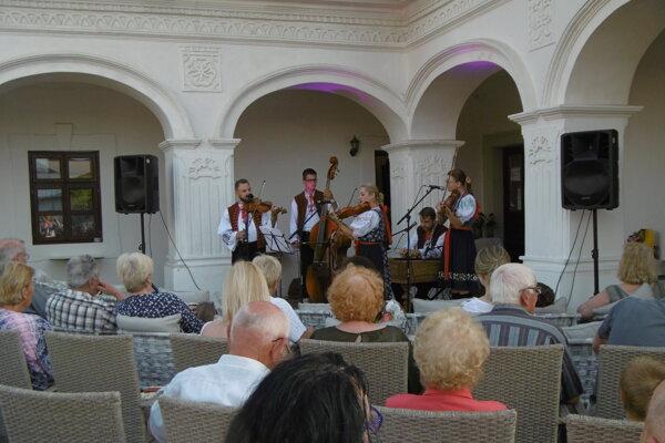 V kaštieli v Košťanoch zneli tóny cimbalovej muziky.