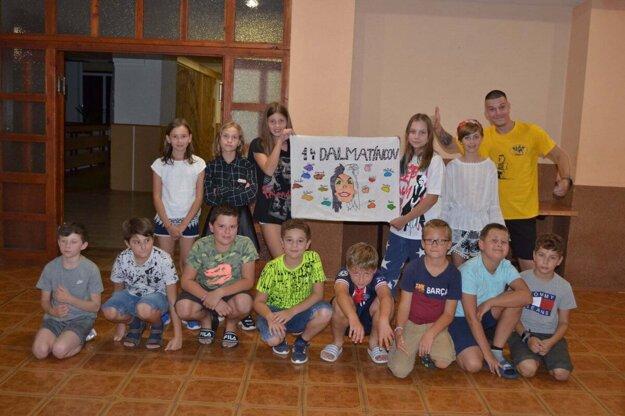 V prvý deň sa deti rozdelili do oddielov a vyrábali si vlajky.