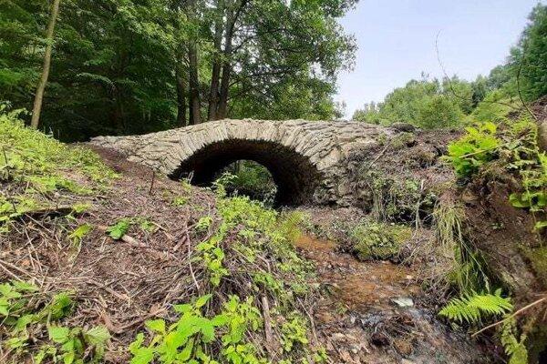 Kamenný most v Klenovci nie je síce veľký, ale pôvab mu odoprieť nemožno.