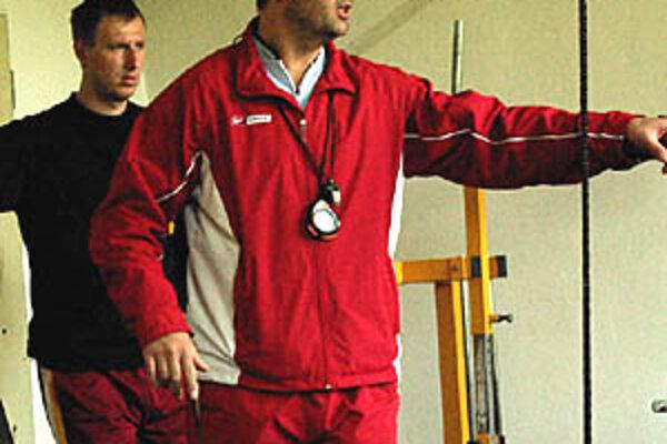 Tréner Branislav Okuliar si prístup hráčov pochvaľuje. Obzvlášť pri nie optimálnej finančnej situácii v klube. Vzadu Ďurák.
