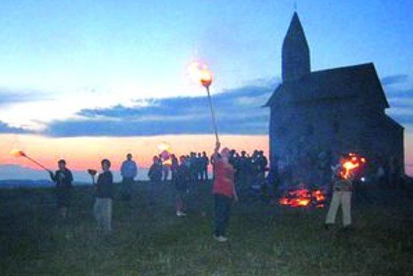 Pod kostolíkom horeli svätojánske ohne.