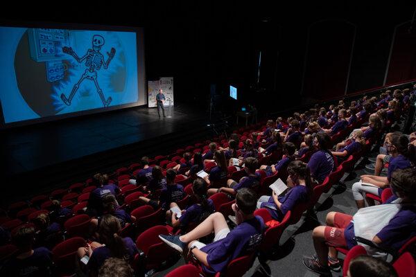 Študenti Detskej Univerzity Komenského počas prednášky Milana Sedliaka.