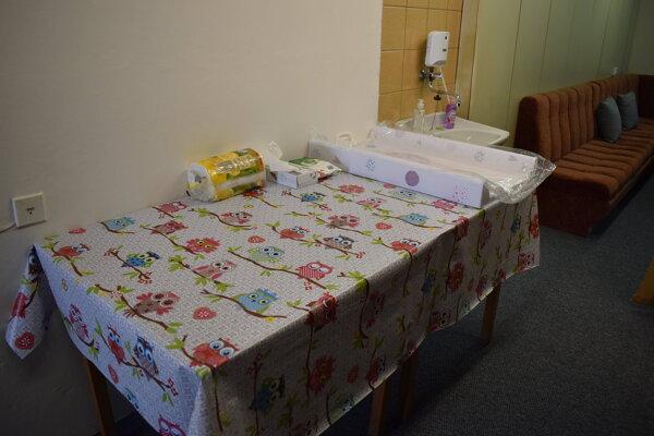 Dojčiace mamičky majú na humenskej radnici k dispozícii špeciálnu miestnosť.  Nachádza sa v nej sedačka, prebaľovací pult a umývadlo.