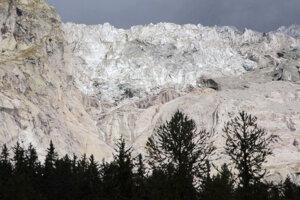 Ľadovec Planpincieux, ktorý sa nachádza v Alpách na hore Grande Jorasses v masíve Mont Blanc.