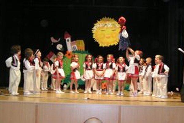 Tancom aj spevom sa v krojoch prestavili deti z MŠ Alexyho v Nitre.