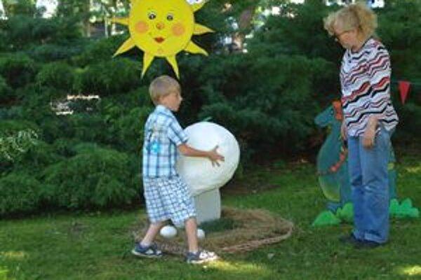 Na jednom zo stanovísk CVČ Domina deti prenášali veľké dinosaurie vajcia.