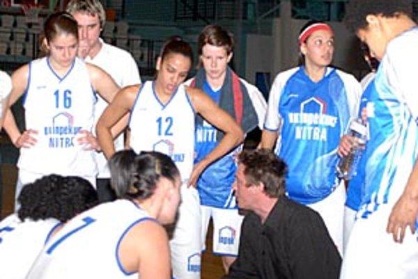 Basketbalistky Nitry, ako aj tréner Martin Pospíšil, si môžu hľadať nový klub.