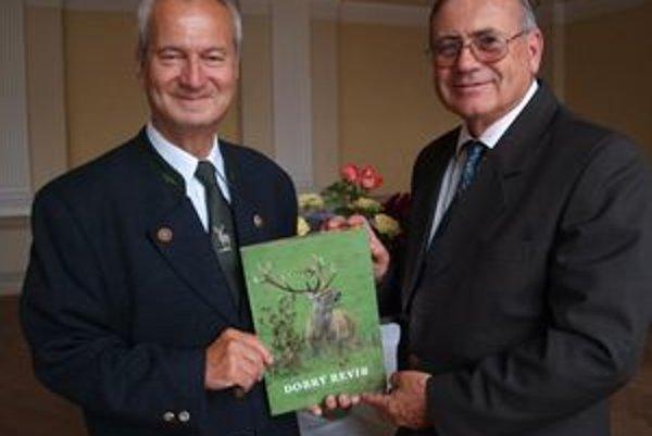 Zľava Jozef Hikl a Jozef Brestovský so svojou prvou spoločnou knihou Dobrý revír.