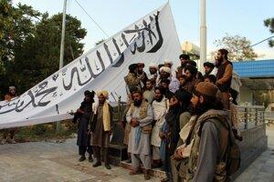 Bojovníci Talibanu v meste Ghazní.