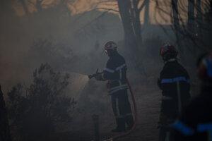 Hasič zasahuje na mieste požiaru.