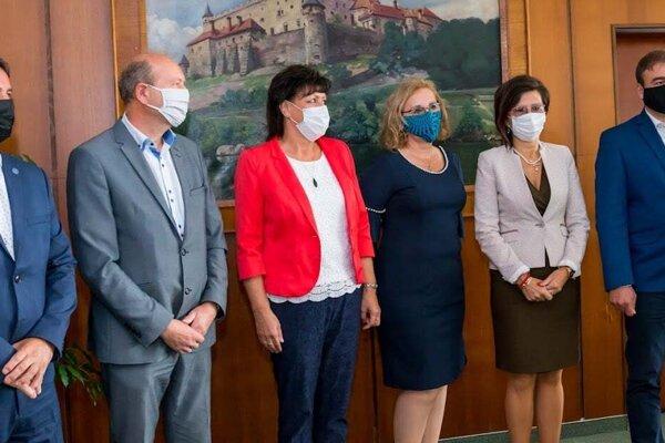 Primátori sa dnes stretli vo Zvolene. Zľava Dušan Strieborný (Dudince), Ján Šufliarský (Detva), Lenka Balkovičová (Zvolen), Ľudmila Veselá (riaditeľka nemocnice), Ľubica Balgová (Sliač), Radoslav Vazan (Krupina.