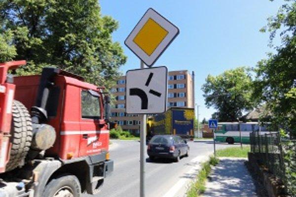 Táto križovatka pri radnici patrí k najnehodovejším v Zlatých Moravciach.