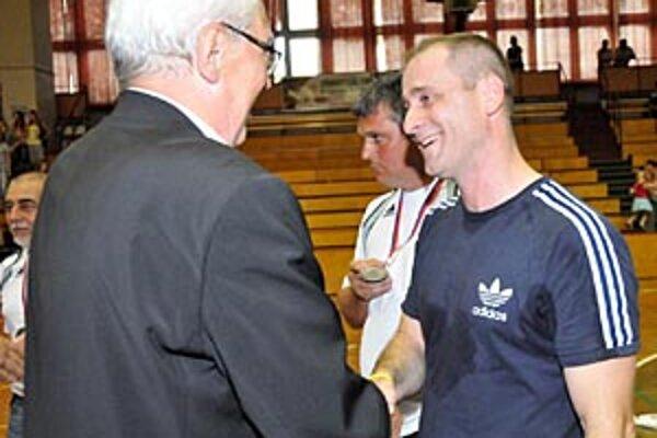 Michal Lukačín zakončil svoju prvú sezónu na lavičke Šale druhým miestom v slovenskom play-off. Strieborný kov mu odovzdal Jozef Ambruš, člen výkonného výboru SZH.