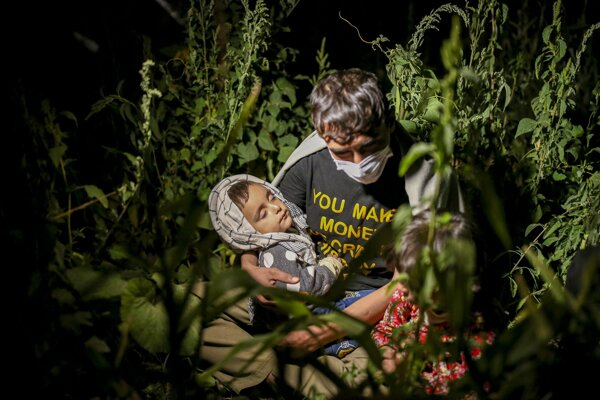 Afganský utečenec s deťmi v tureckej provincii Bitlis.