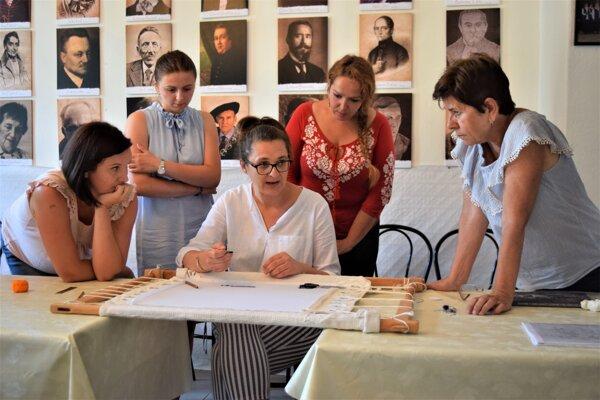 V Matičnom dome v Lučenci začal dlhodobý kurz šitia krivou ihlou.