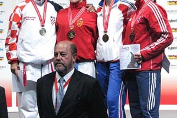 Monika Višňovská na stupňoch víťazov celkom vpravo.