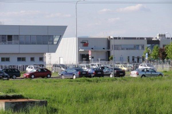 Autá v priemyslnom parku vo Vrábľoch pribúdajú.