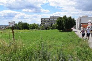 Parkovisko vznikne na tej zelenej ploche pri zadnom vjazde do nemocnice.