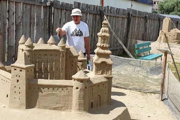 Viktor Reisel pri pravidelnom ošetrovaní pieskových sôch