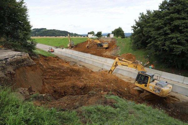 ažké mechanizmy most zlikvidovali počas niekoľkých dní. Foto je zuplynulého piatka.