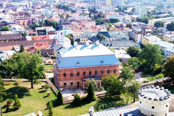 Pohľad na palác z hradnej veže.