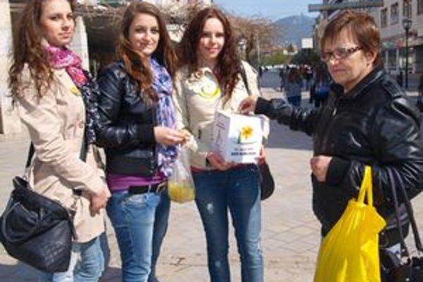 Študentkám Párovského gymnázia (sprava) Eve Belákovej, Martine Grófovej a Dominike Čeriovej do pokladničky prispela aj Anna Rakovičová z Nitry.