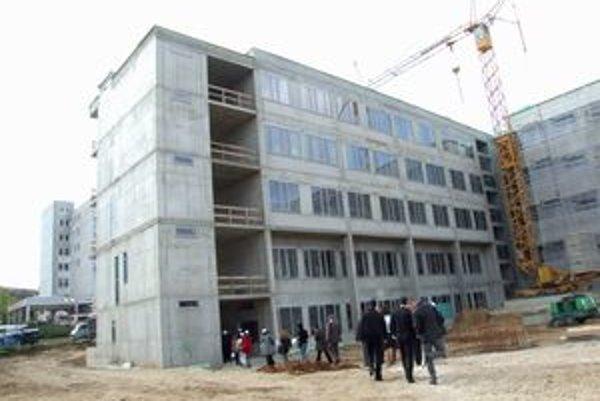 Nový pavilón stavia firma Inpek. Dokončiť by ho mala do októbra.