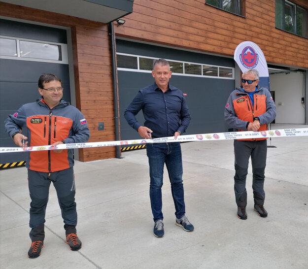 Dom pre nízkotatranských záchranárov prišiel otvoriť aj minister vnútra Roman Mikulec (uprostred).