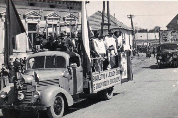 Prvomájový sprievod vTrstenej okolo roku 1950.