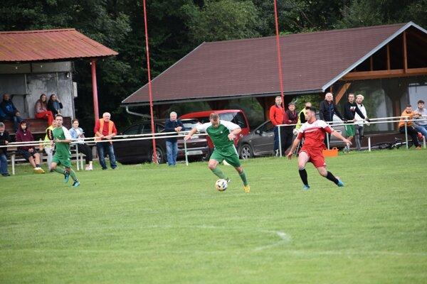Futbalisti Tŕstia (v zelenom) si doma poradili s Červeným Kameňom.