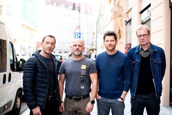 Martin Hoffman, Hynek Čermák, David Švehlík a Martin Pechlát hrajú mužov v kríze vo filme Prvok, Šampón, Tečka a Karel.